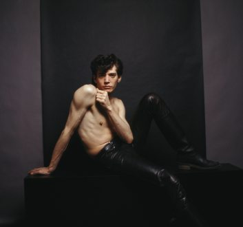 marcus-leatherdale-shares-never-before-seen-portraits-of-robert-mapplethorpe-body-image-1490710051